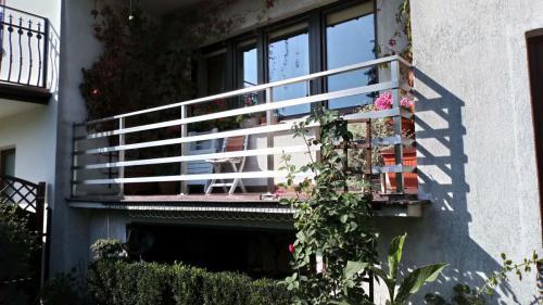 Balkon wykonany z profila kwadratowego 40x40 słupki,wypełnienie profil 50x10mm stal szlifowana