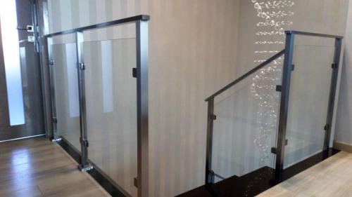 Balustrada wykonana z profila kwadratowego 40x40mm,porecz profil 40x20mm,wypełnienie szyba bezbarwna bezpieczna klejona 8mm